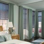 Сочетание рулонных штор с портьерами в дизайне спальни