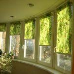 Зеленые роллеты на окне застекленной лоджии