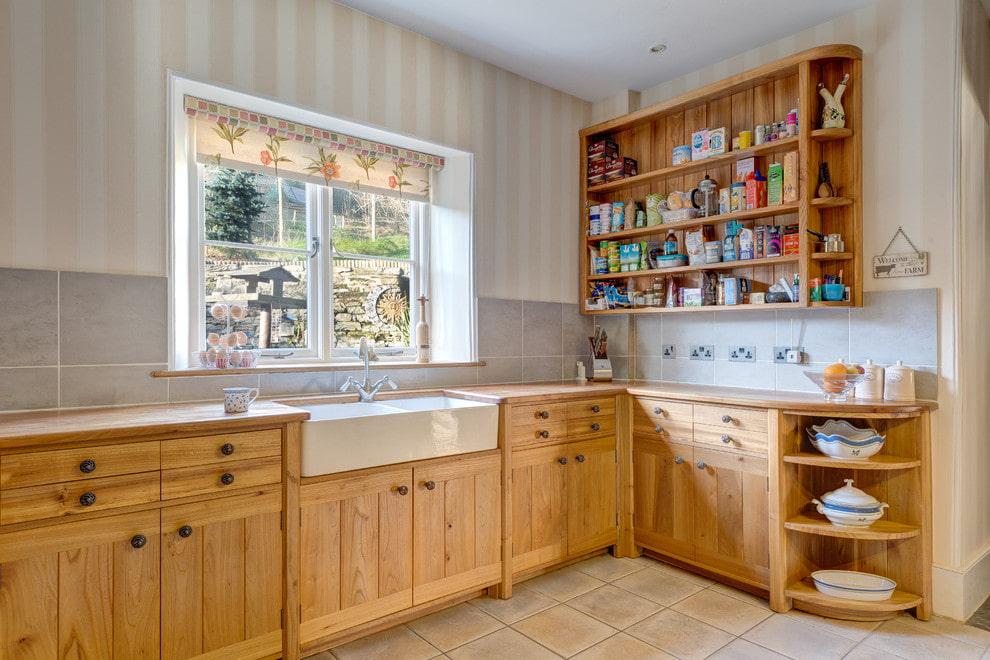 Интерьер кухни в стиле кантри с рулонной шторой