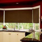 Коричневые рулонные шторы на окне кухни