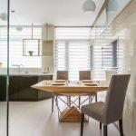 Светлая кухня с рулонными шторами типа зебра