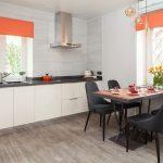 Оранжевые шторы на окнах кухни