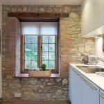 Каменная стена в интерьере кухни