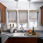 Рулонные шторы из натурального материала на створках кухонного окна