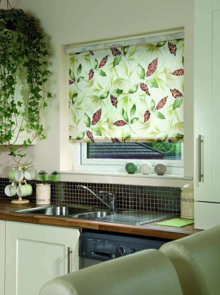 Растительный рисунок на рулонной шторе в кухне