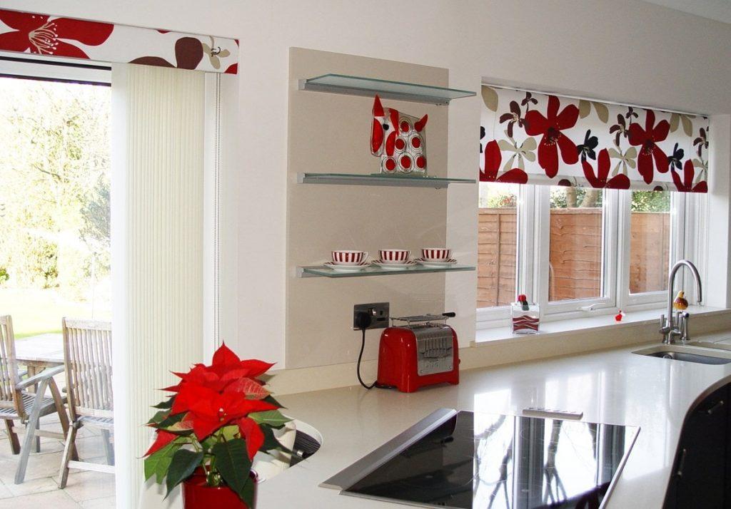 Рулонные шторы с цветами на кухонных окнах