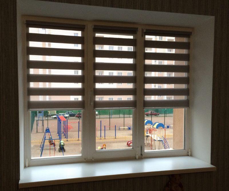 Рулонные шторы типа день-ночь на пластиковом окне