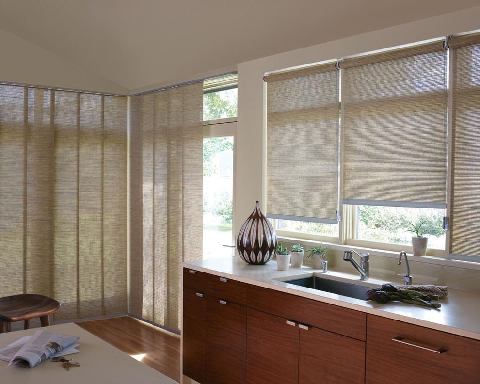 Длинные рулонные шторы в интерьере кухни