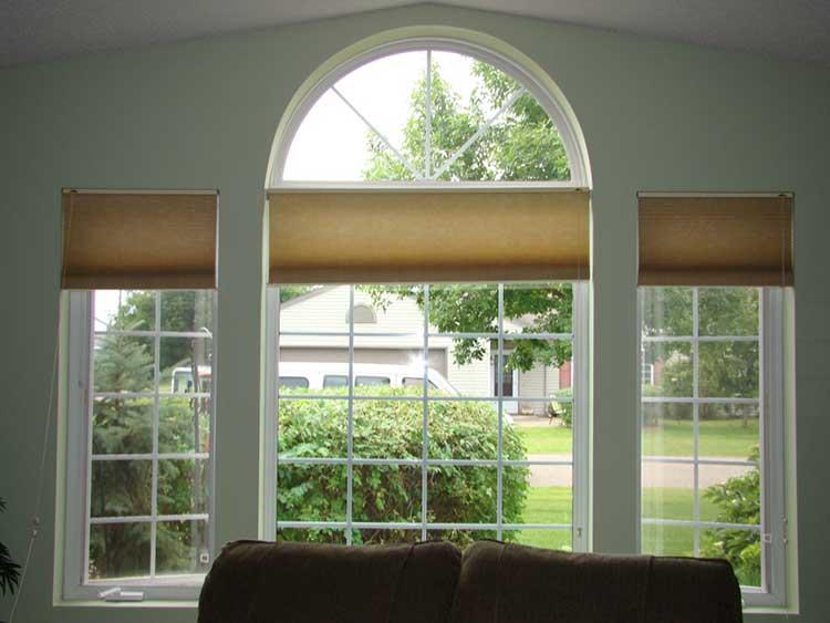 Рулонные шторы на окне с аркой