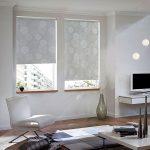 Дизайн гостиной с открытыми рулонными шторами