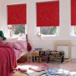 Красные шторы на окнах спальни для девушки