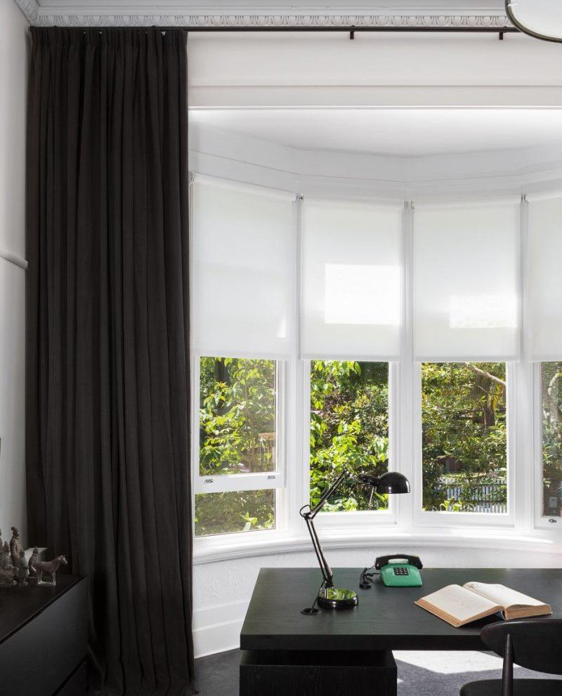 Оформление окна рабочего кабинета рулонными шторами