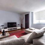 Интерьере гостиной с белыми стенами