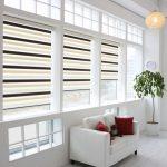 Белая комната с полосатыми шторами