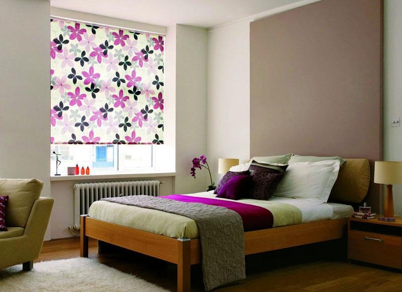 Интерьер спальни с рулонными шторами в проеме окна