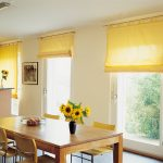 Рулонные шторы в желтом цвете на куххню с креплением на карниз