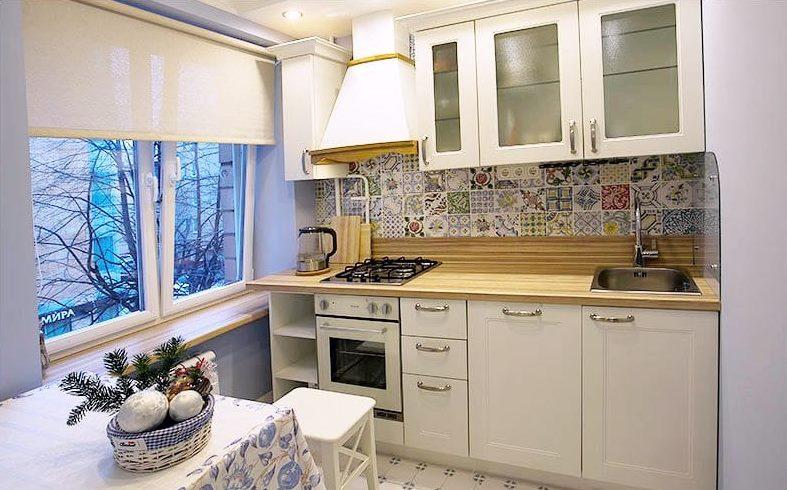 Интерьер кухни в стиле прованс с рулонными шторами