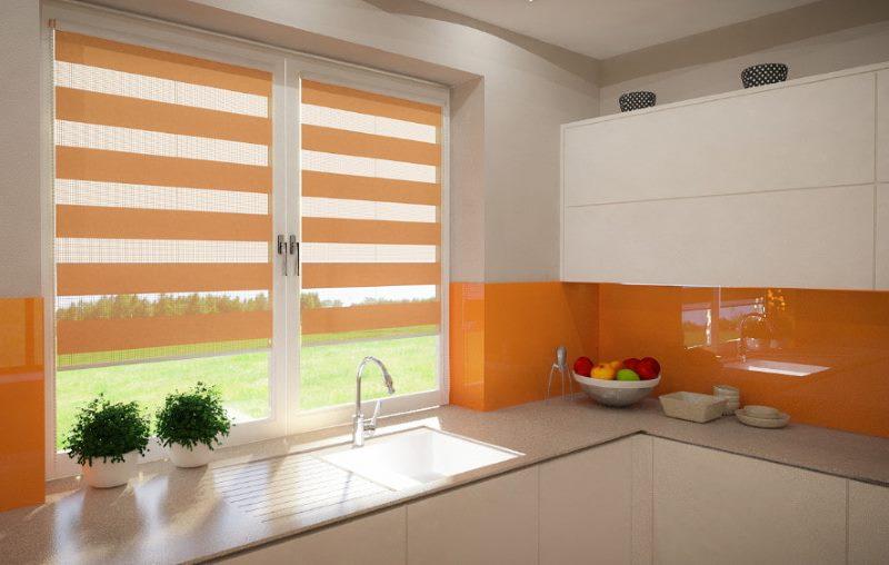 Оранжевые шторы день-ночь на кухонном окне