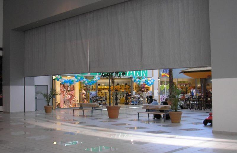 Серая противопожарная штора в торговом центре