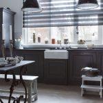 Полупрозрачные шторы на кухонном окне