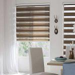 Легкая тюль на окне с коричневыми шторами