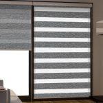 Серо-белые шторы рулонного типа