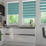 Дизайн современной кухни с рулонными шторами зебра