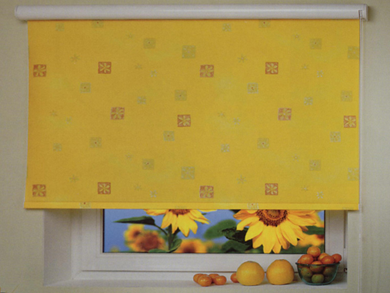 Желтая рулонная штора на кухонном окне
