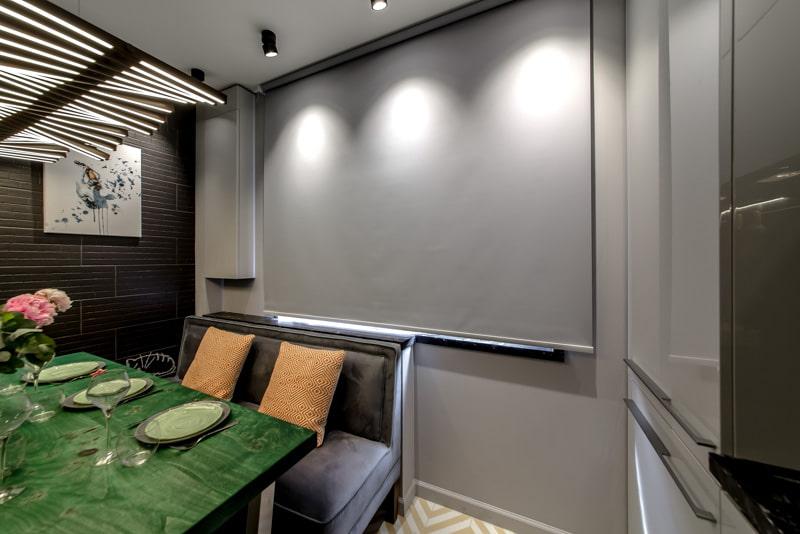 Серая рулонная штора в тон стен кухни