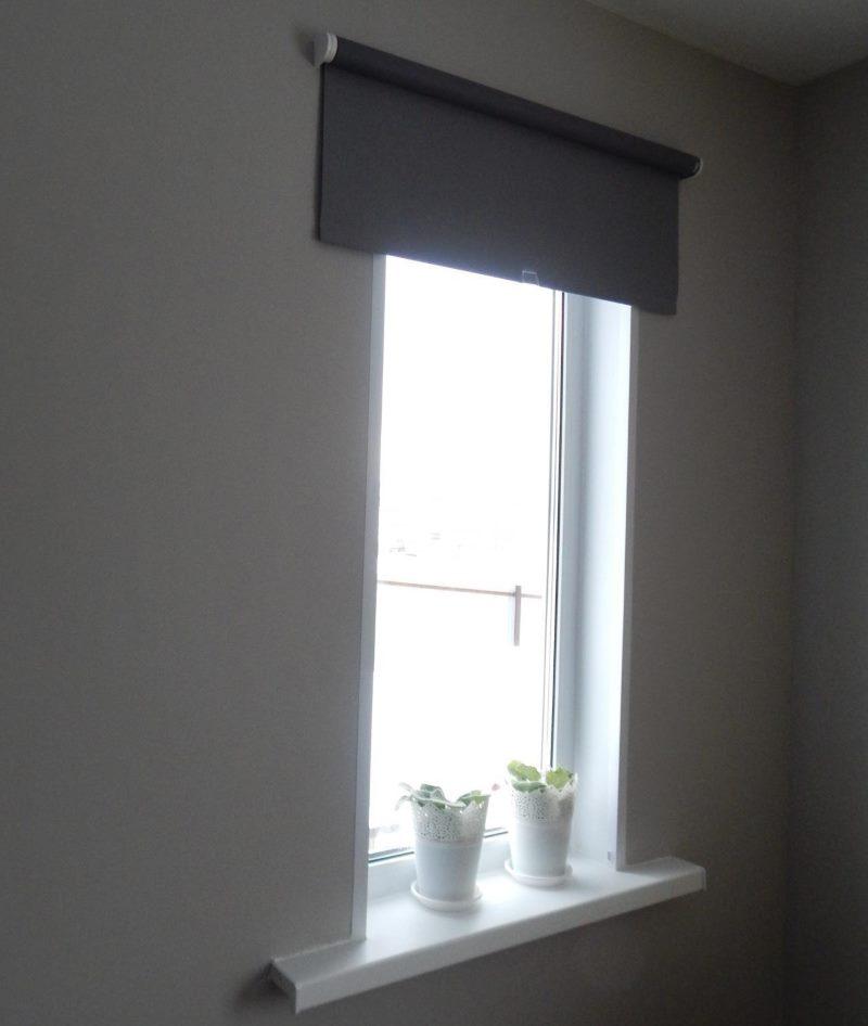 Рулонная штора Тупплюр из плотной ткани на окне кухни
