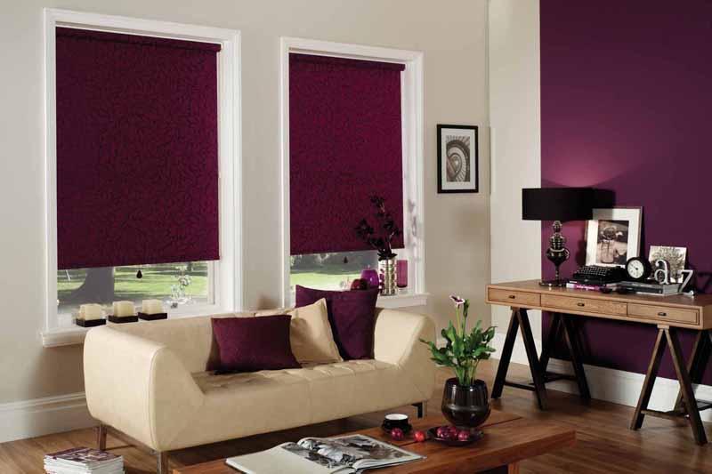 Темно-фиолетовые шторы блэкаут в интерьере гостиной