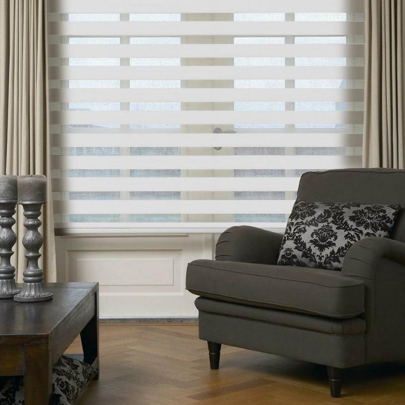 Оформление окна гостиной комбинированными занавесками