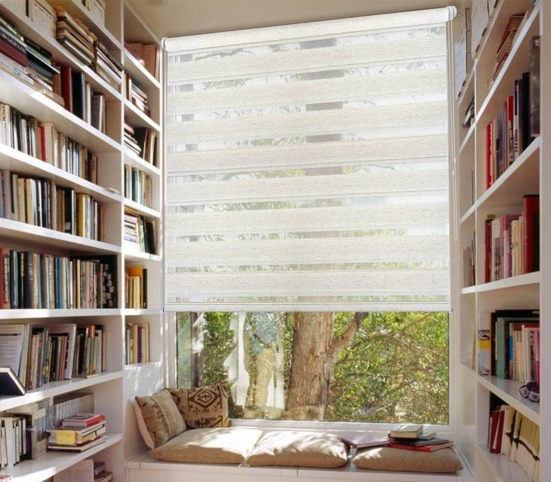 Домашняя библиотека с рулонной шторой на окне