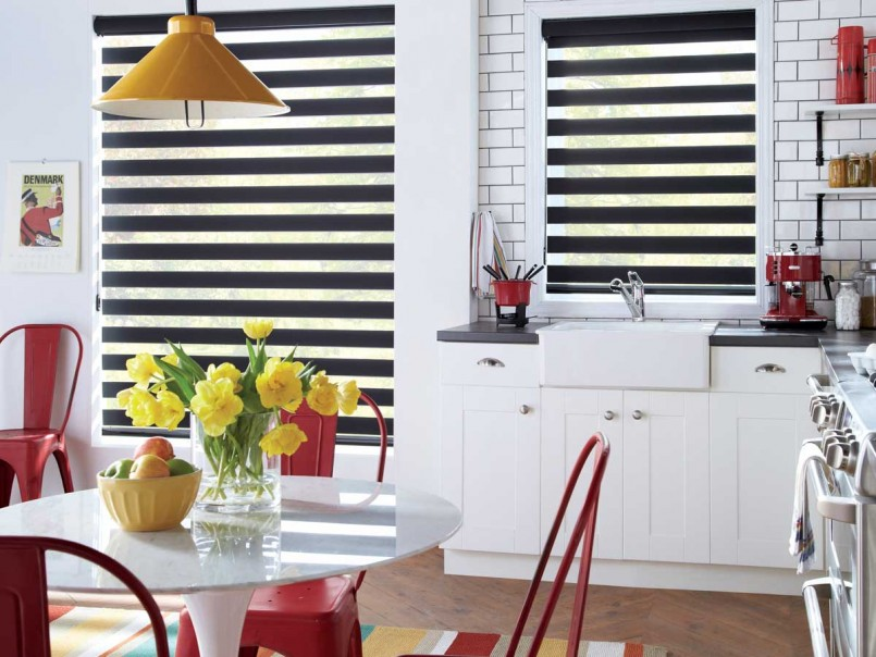 Черные шторы день ночь в интерьере кухни