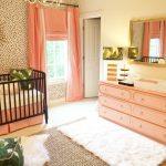 Шторы кораллового цвета наполнят спальню или детскую ярким и теплым летом