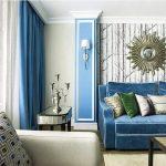 Шторы насыщенно-голубого цвета перекликаются с мягким диваном в гостиной