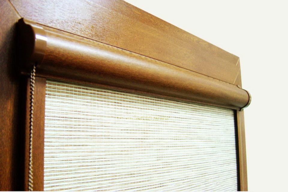Фото рулонной шторы кассетного типа с ламинированием под дерево