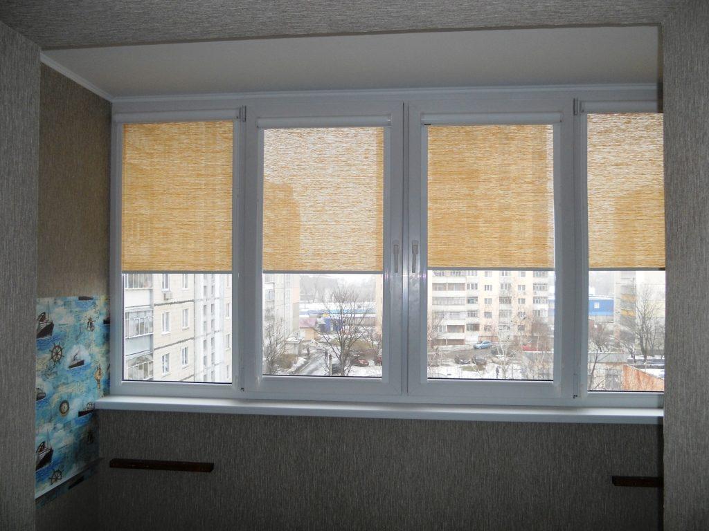 Кассетные шторы из полупрозрачной ткани на окнах лоджии