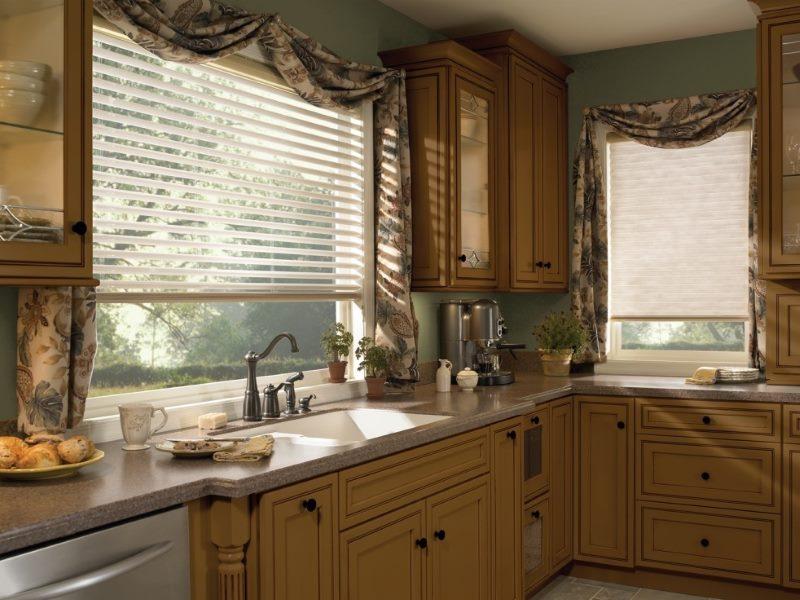Рулонные шторы типа зебра на окнах кухни частного дома