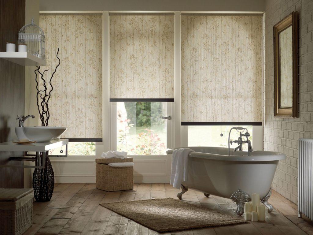 Интерьер просторной ванной с рулонными шторами на окнах