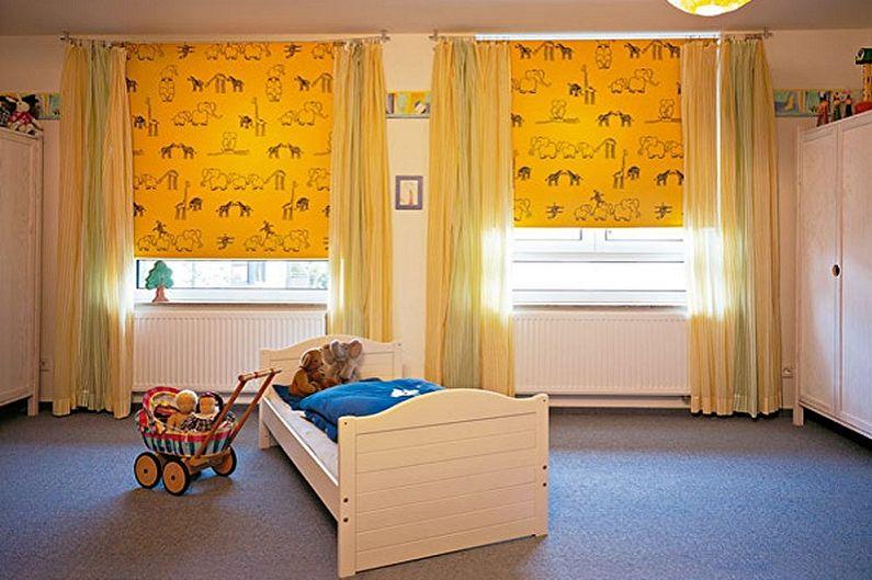 Желтые шторы рулонной конструкции в дизайне детской