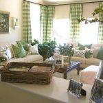 Шторы в бело-зеленую крупную клетку и декоративные подушки в тон