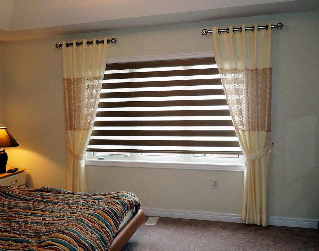 Оформление окна спальни с помощью штор типа день-ночь