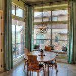 Сине-зеленые простые шторы хорошо смотрятся в столовой