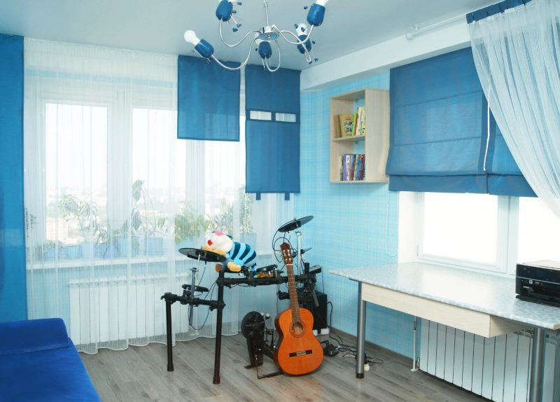 Синие шторы различного покроя в детской комнате для мальчика