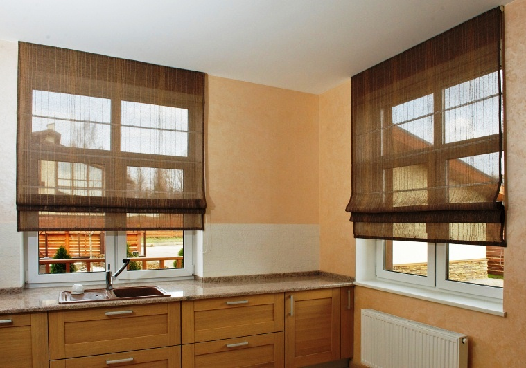 Полупрозрачные синтетические шторы римского типа на окнах кухни