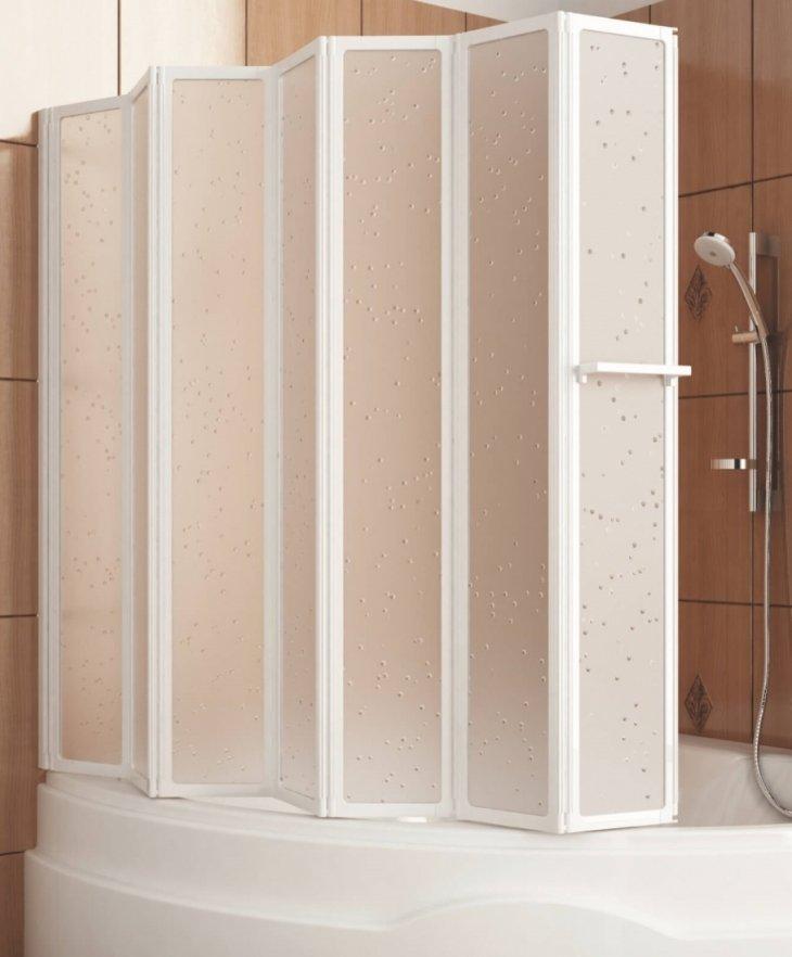 Пластиковые шторы складного типа в ванной комнате