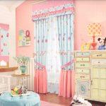 Сочетание голубого и розового цвета для штор в интерьере детской комнаты