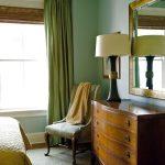 Спальная комната в стиле эклектика имеет зеленые шторы и стены