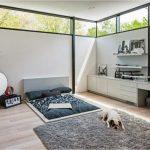 Спальное место на полу в гостиной легко убирается в дневное время